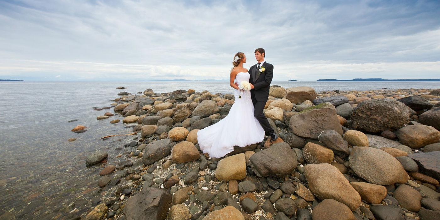 kingfisher-resort-1400x700-couple-beach